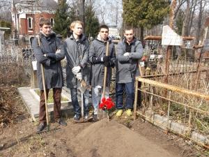 Студенти КПІ біля могили Скоморохова О.О.